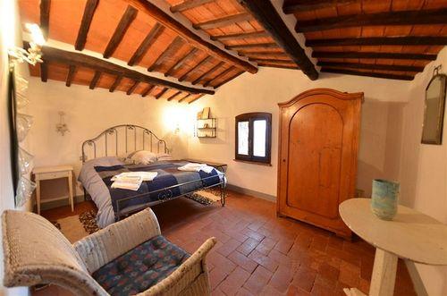 Rieten Slaapkamer Stoel  Rieten kuipstoel in een lichte kleur natuurtint landelijke franse