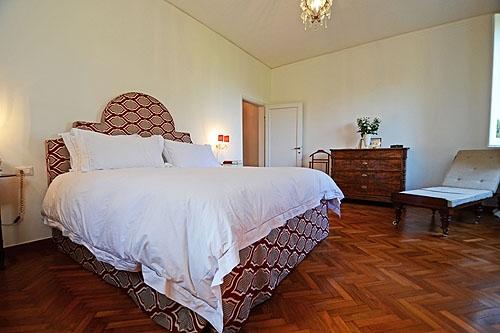 Rode Vloerbedekking Slaapkamer : Naast de keuken vindt u een ...
