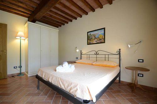 Mimosa la macchia vakantiehuis in peccioli pisa toscane - Ligbad in het midden van de kamer ...